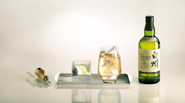 Plateau de whisky Hakushu / ©Plaza Athénée
